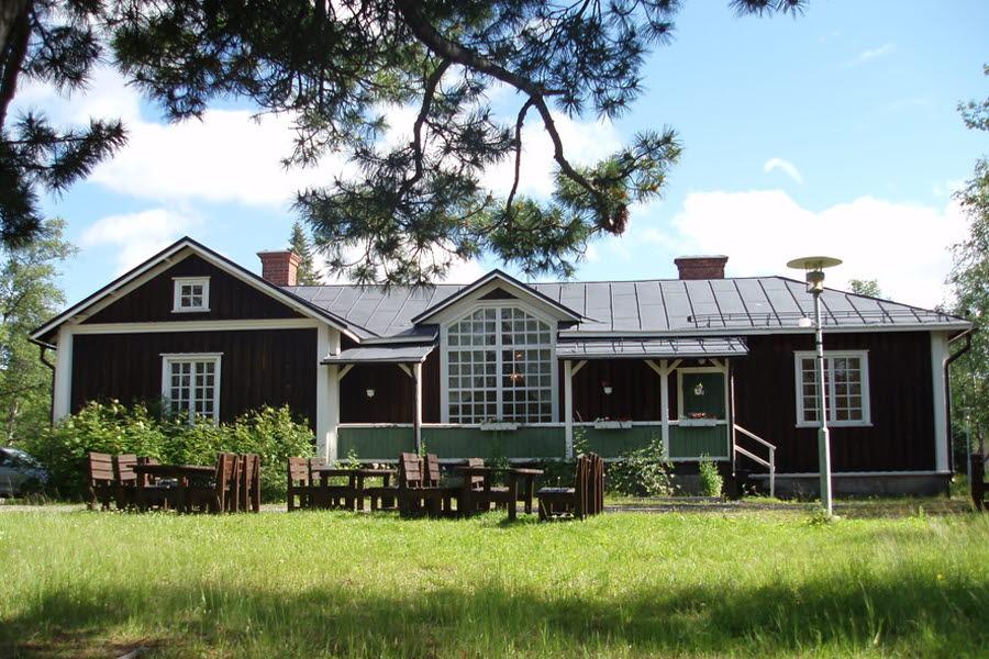 Gården med punschveranda. Äldsta delen till vänster. Foto Ulrika Hannu 2007
