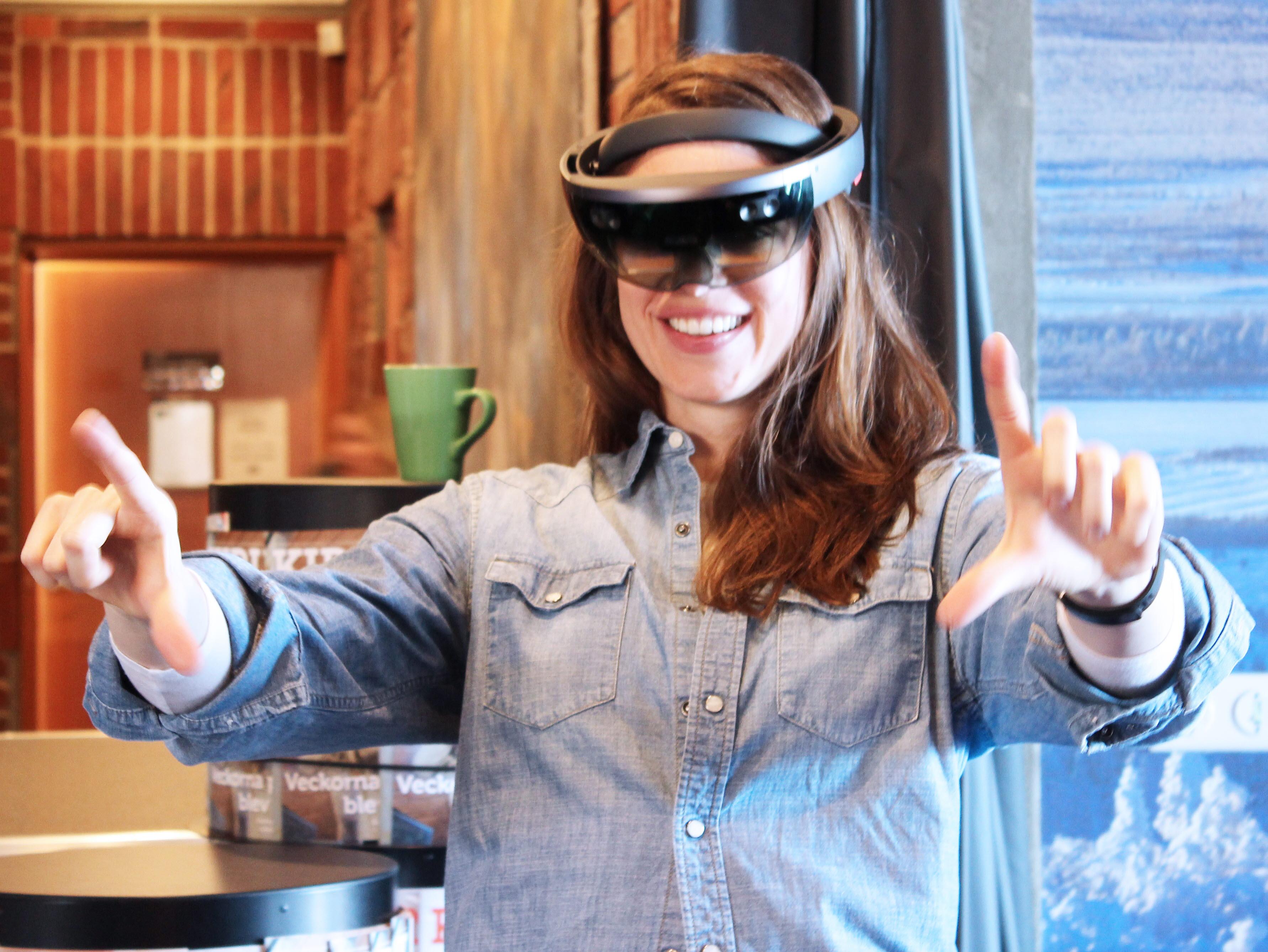 Chelsey Jo Huisman testar HoloLens