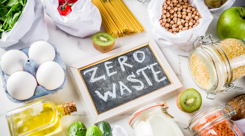 Mat på bord och en tavla med texten Zero Waste