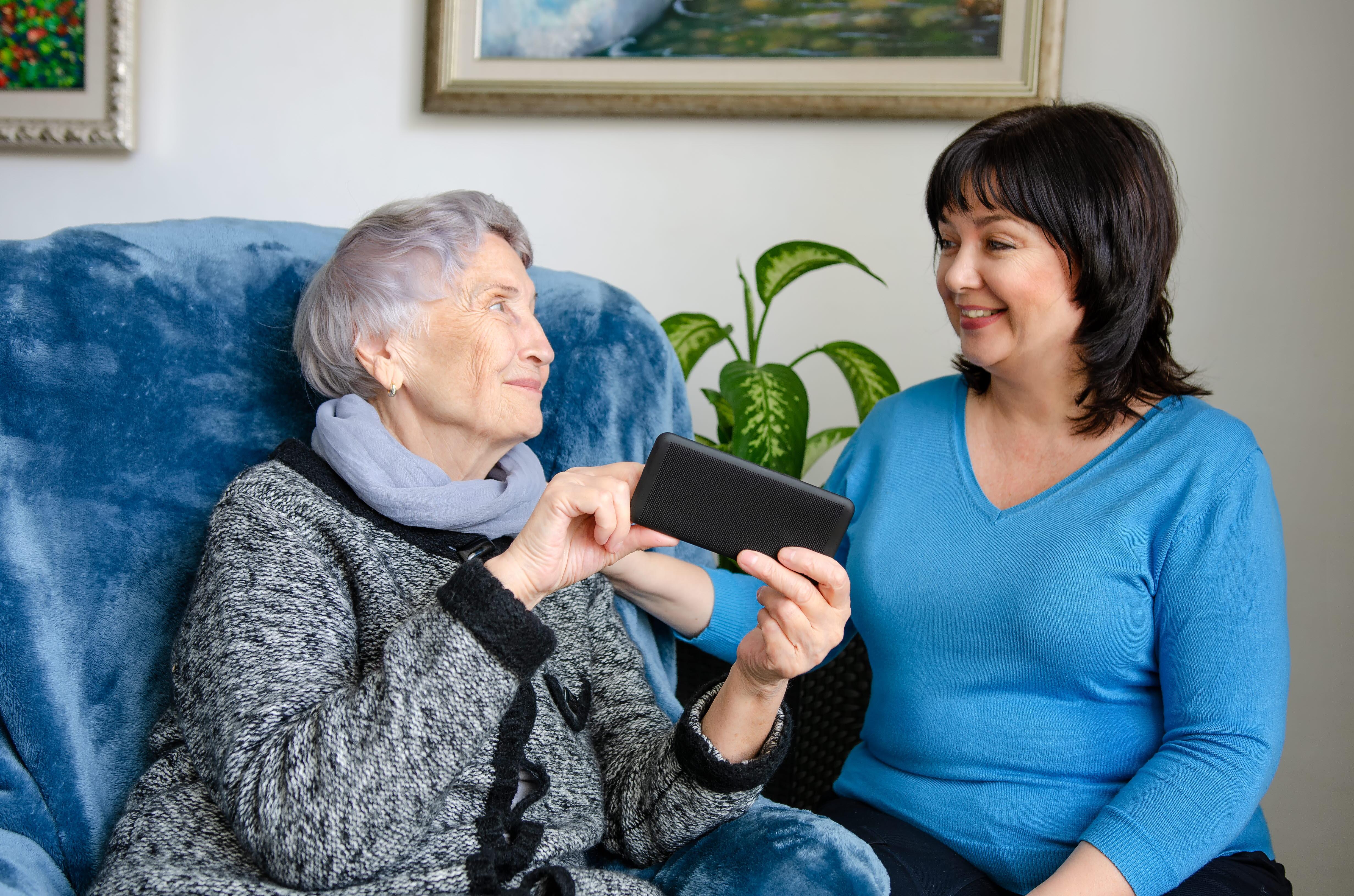 Äldre kvinna använder mobiltelefon