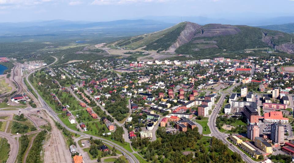 Flygfoto över Kiruna med Luossavaara i bakgrunden
