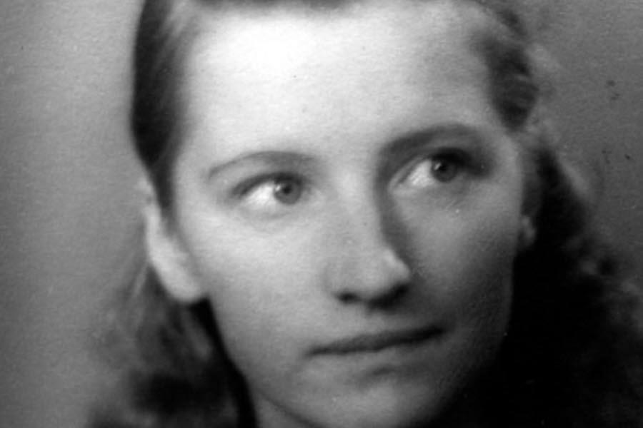 Porträtt av Linnea Grym 1940, ung kvinna med lockigt brunt hår