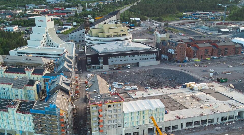 Aurora kultur & kongress står till höger om hotell Scandic på bilden.