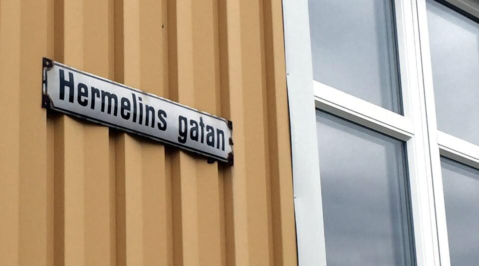 Gatunamnskylt Hermelinsgatan
