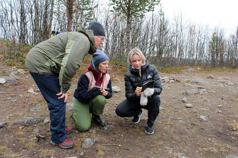 Sara Thelin visar förskolepersonalen Maria Gräsvik och förskolläraren Bodil Stålnacke hur det ska fylla i den så kallade Smultronkartan. Foto: Ulrika Isaksson.